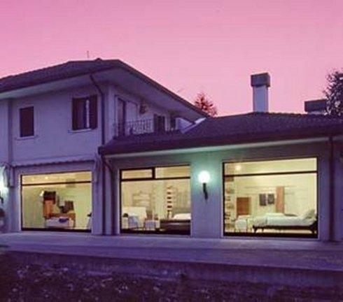 una casa e sotto delle vetrine con vista dell'arredamento