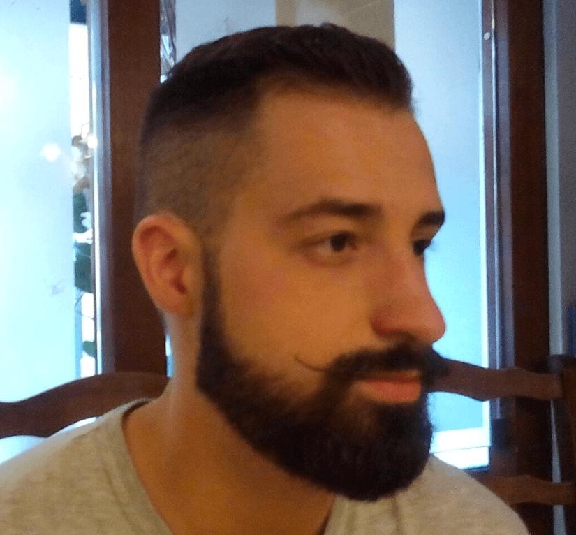 profilo destro di ragazzo con ciuffo e occhiali