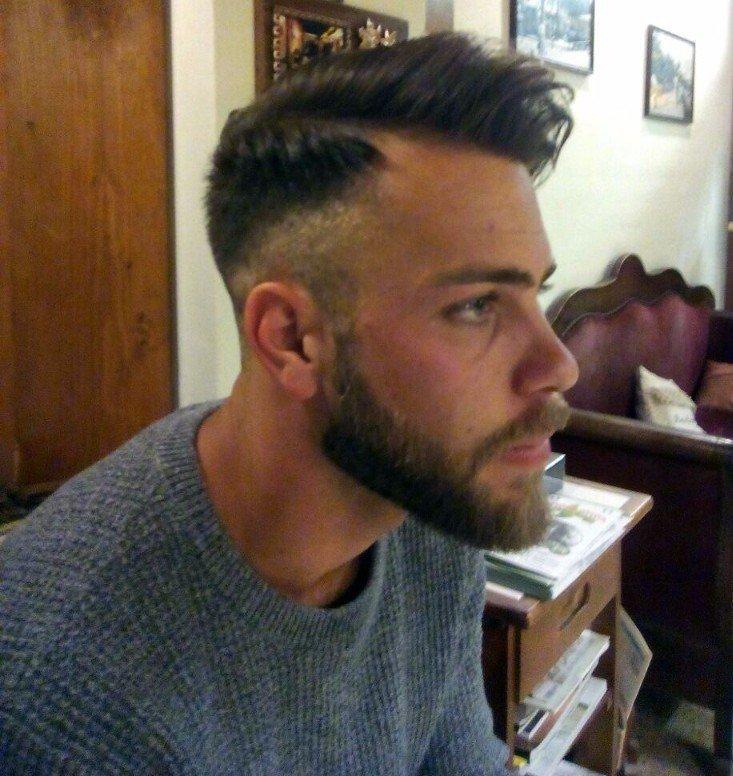 profilo sinistro di ragazzo con capelli a cresta