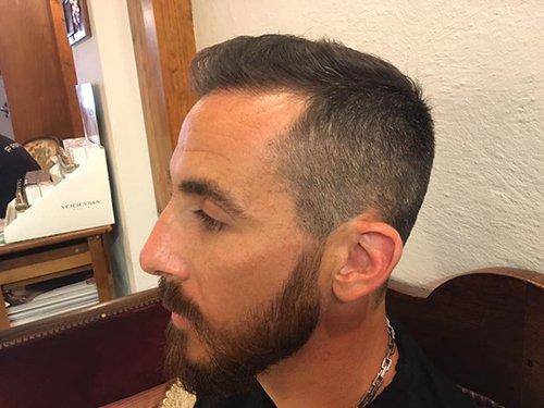 profilo sinistro di ragazzo con capelli appena tagliati