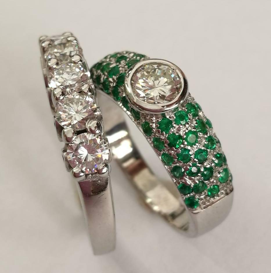 Anelli con diamanti e smeraldi