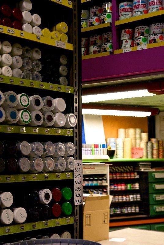 Interno negozio con bombolette spray - Colorificio Faro