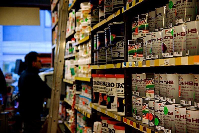 Interno negozio con vernici esposte - Colorificio Faro