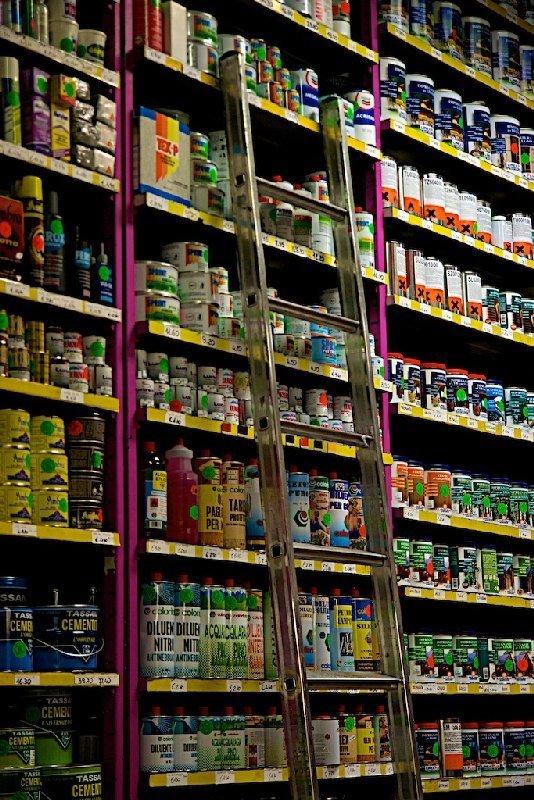 Interno negozio con scaffali - Colorificio Faro