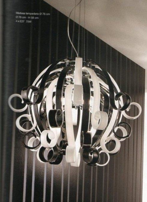 lampadario con paralumi, lampadine, energia elettrica