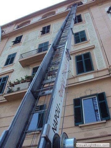 Carrello elevatore appoggiato ad un palazzo