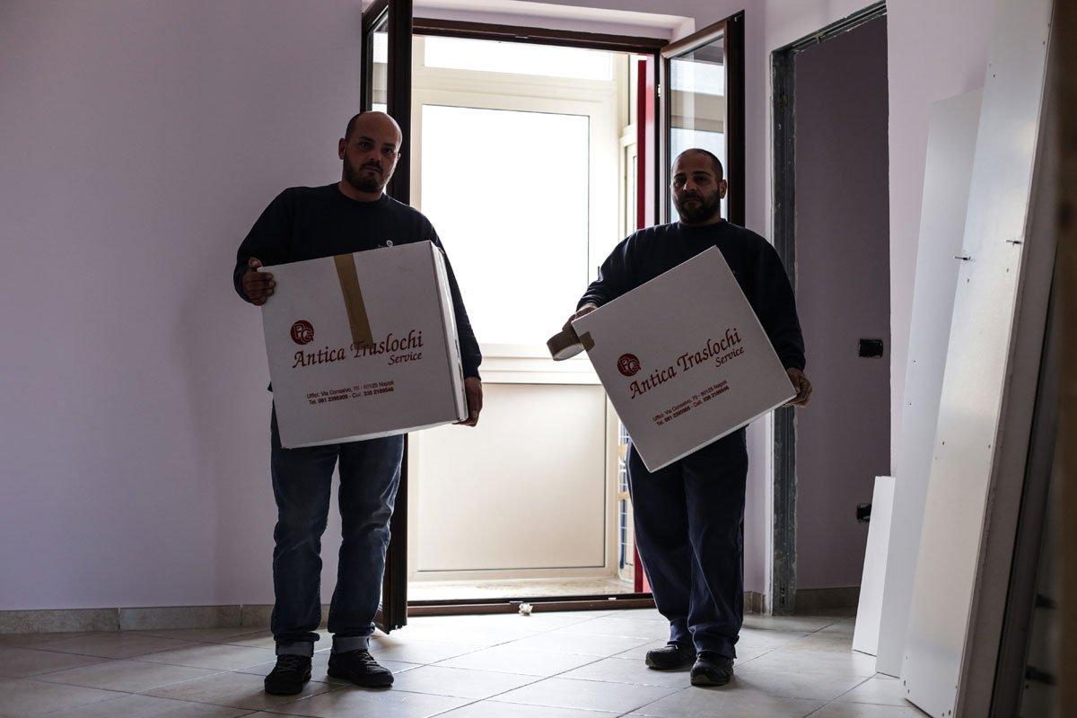 Due uomini che portano due scatoloni