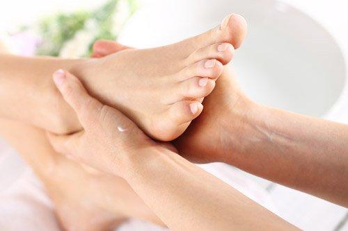 medico tocca il piede di un paziente