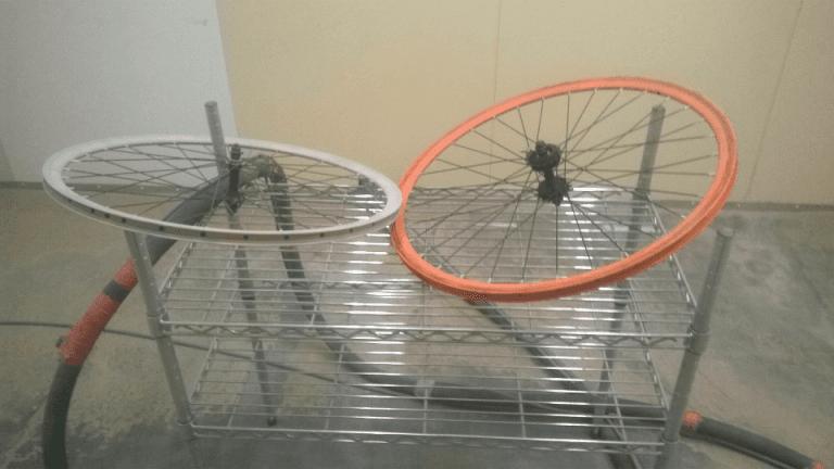 ruota bianca e arancione di una bicicletta