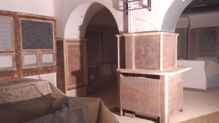 forniture in legno in una stanza da ristrutturare