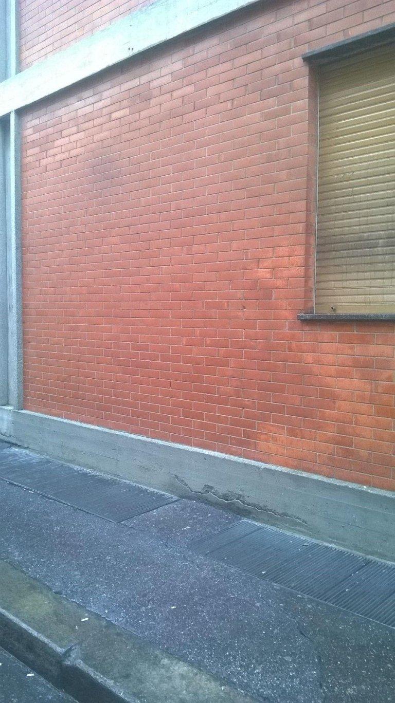 muro a seguito di una rimozione di una scritta