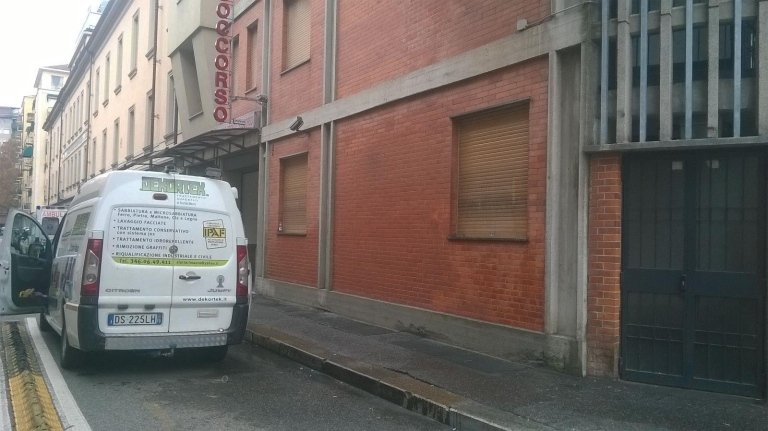 muro dopo una eliminazione di graffiti