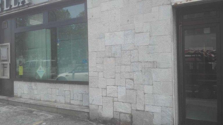 eliminazione di graffiti da un muro sulla strada
