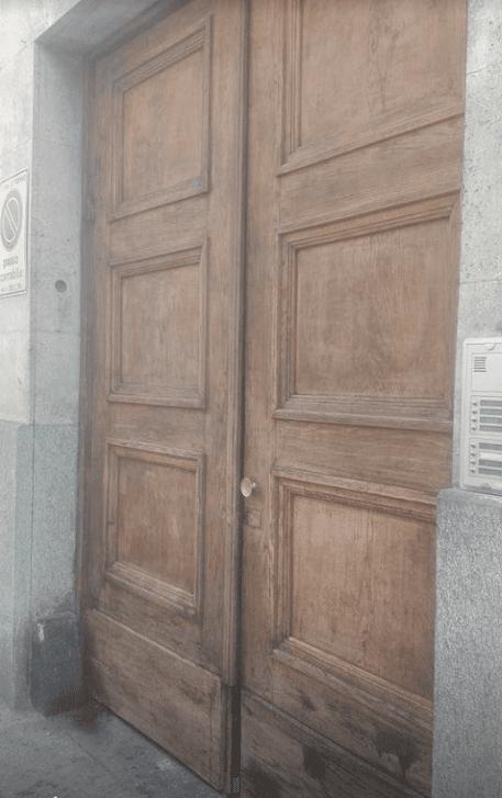 portone in legno da ristrutturare