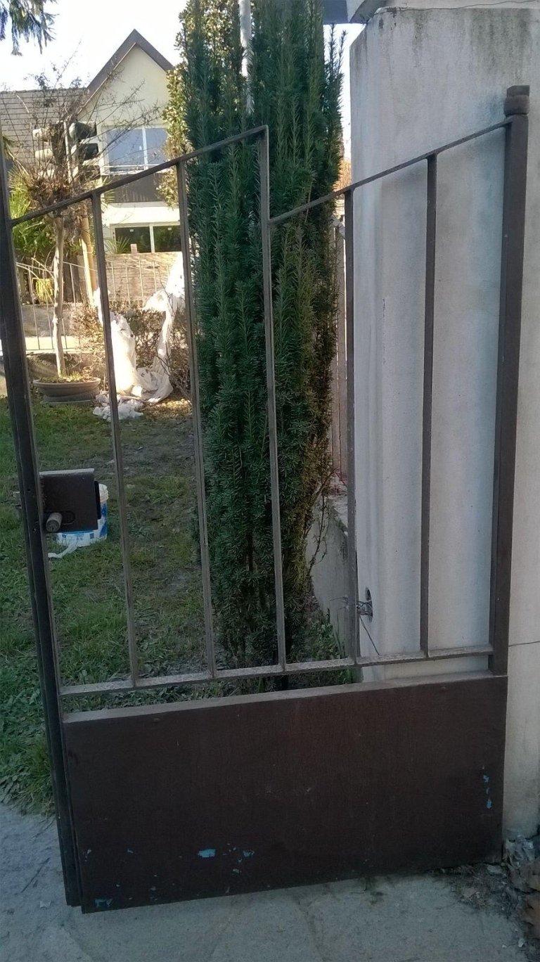 cancello in ferro da cortile marrone