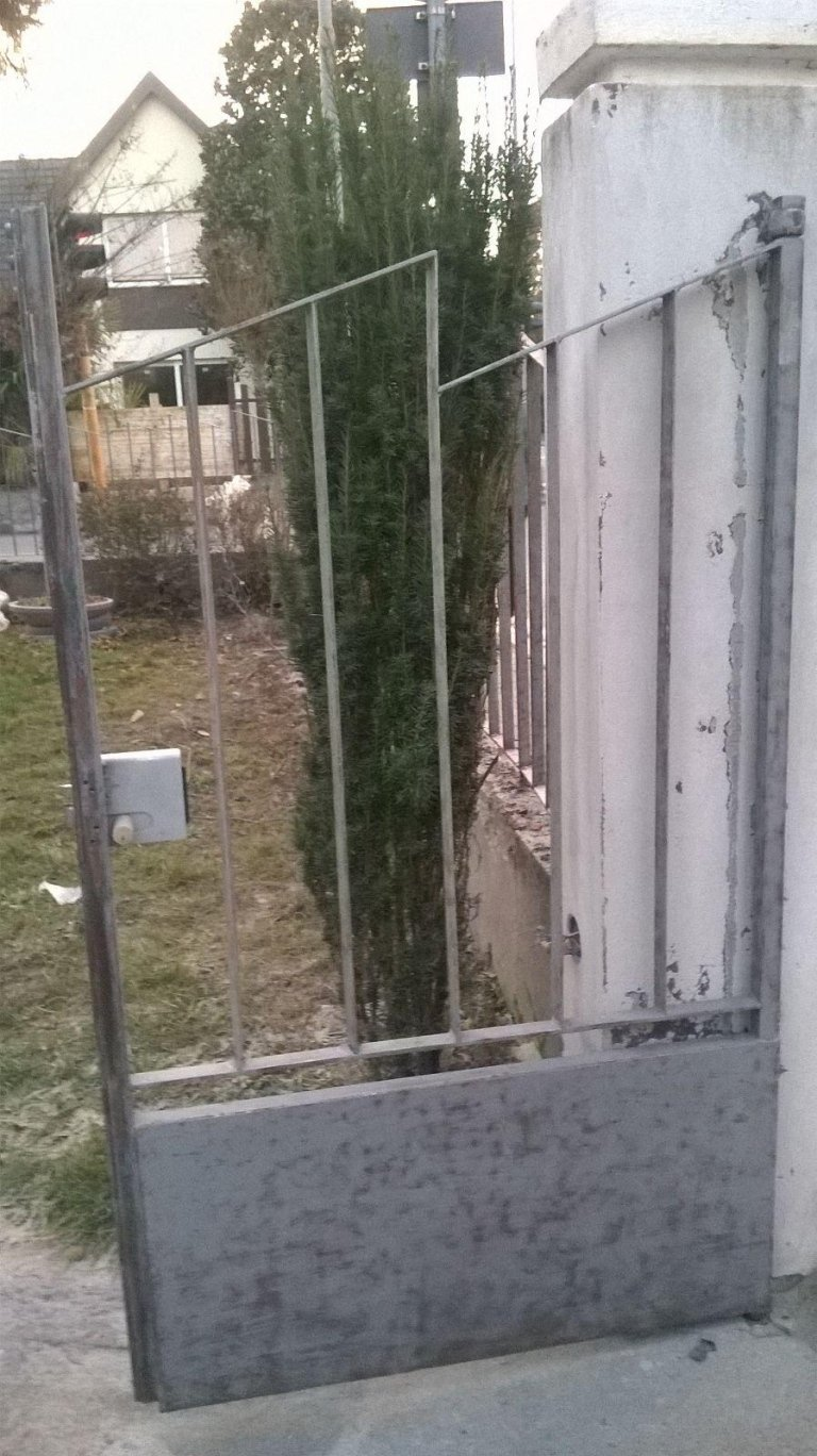 cancello in ferro da cortile grigio