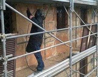 operaio al lavoro in un cantiere