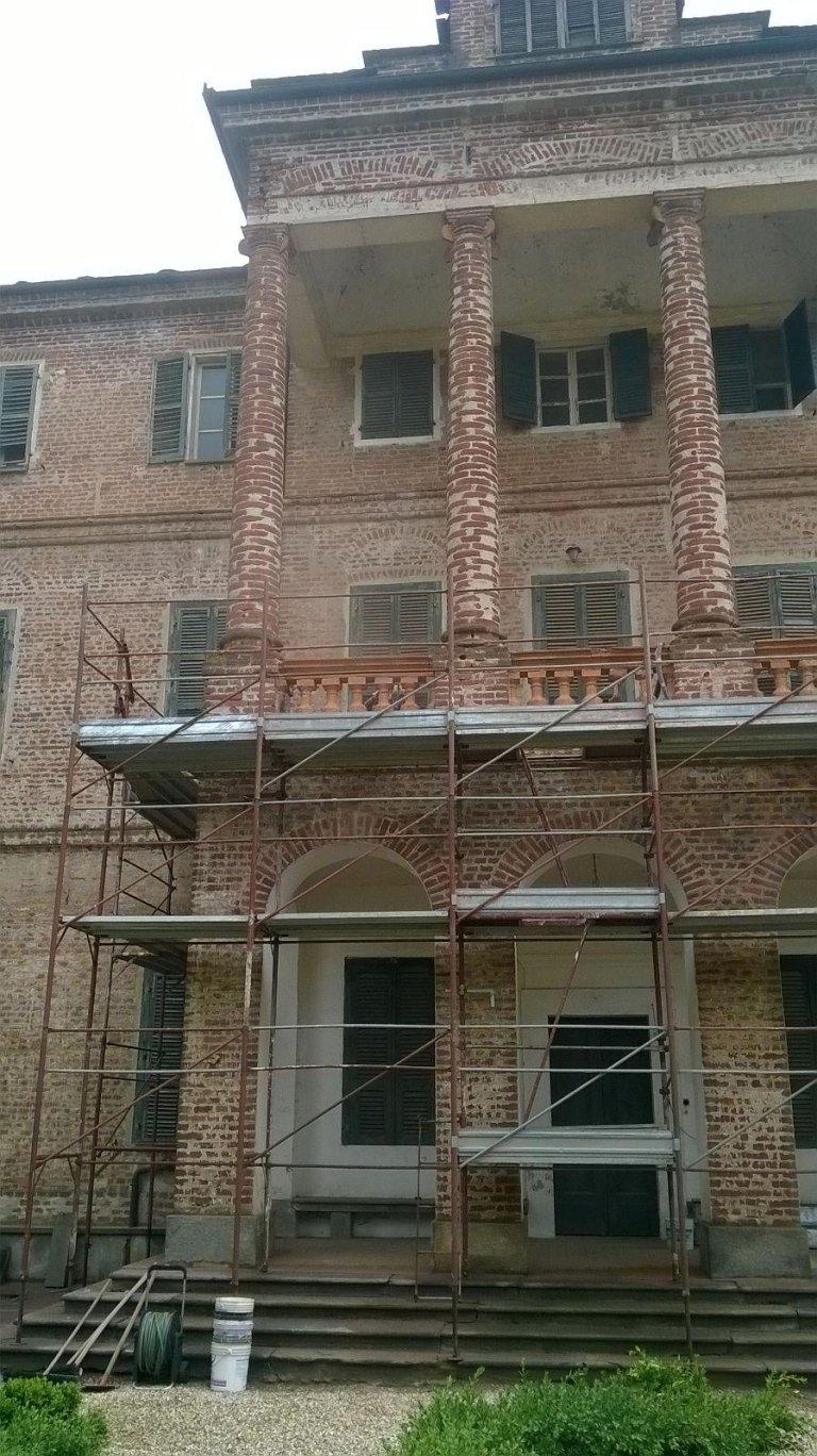 edificio con cantiere per rifacimento facciata
