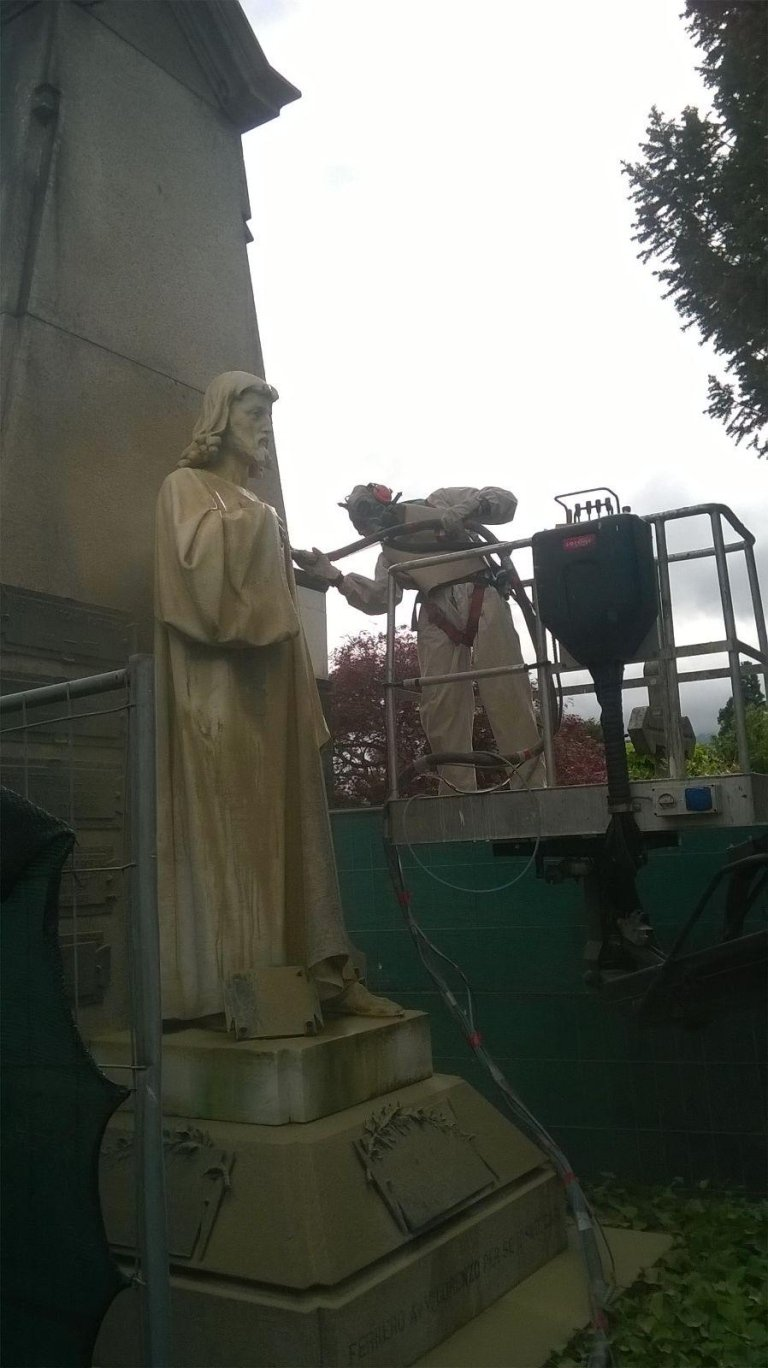 operaio su piattaforma aerea durane la ristrutturazione di una statua