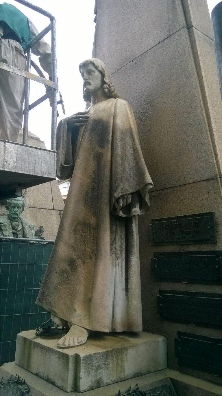 statua di gesu cristo danneggiata