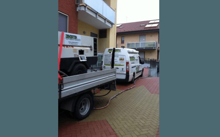furgoni della ditta DEKORTEK parcheggiati vicino al luogo di lavorazione
