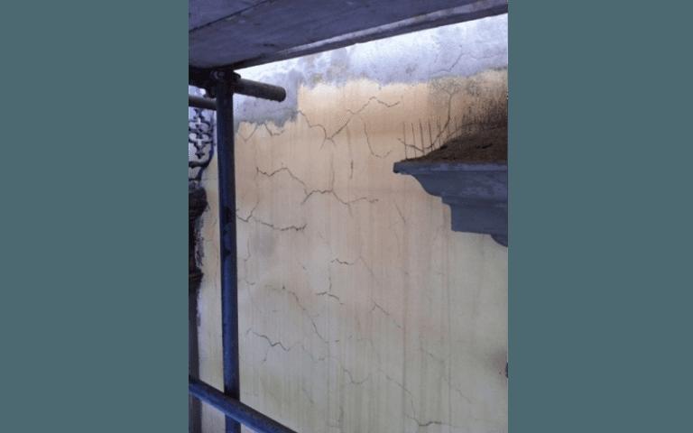 soppalco vicino a un muro con crepe