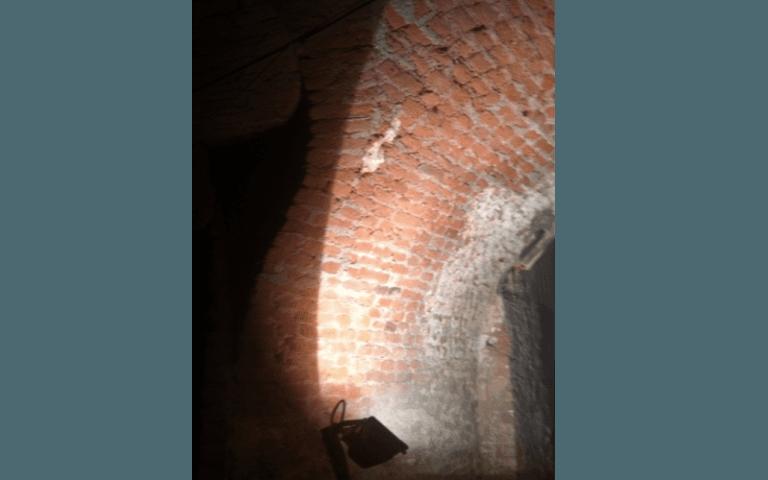 muro di mattoni illuminato