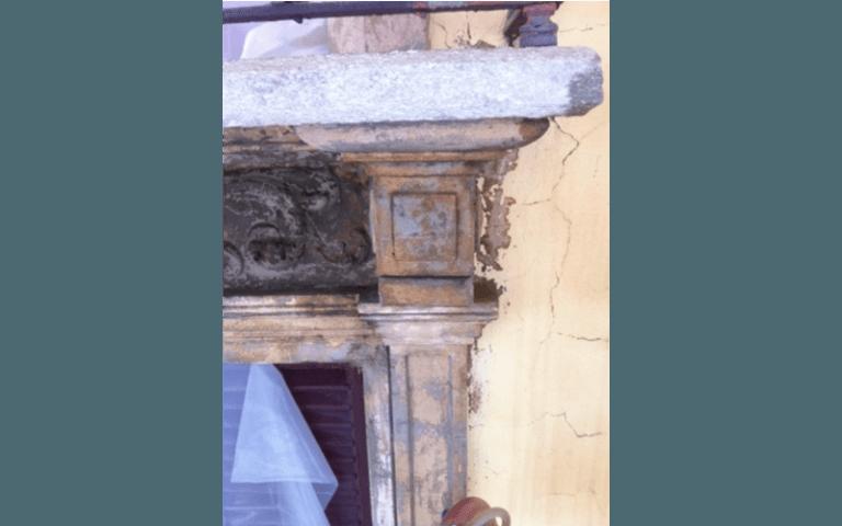 colonna di una mensola antica rovinata