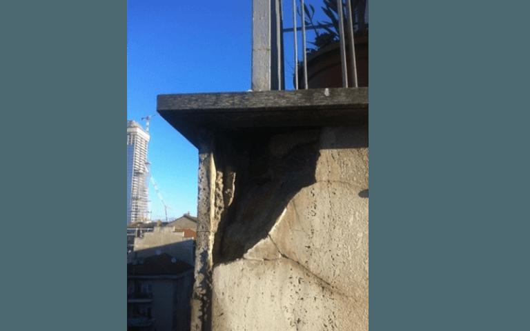 angolo di muro di un balcone completamente rovinato