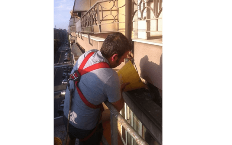operaio durante un rifacimento di una facciata