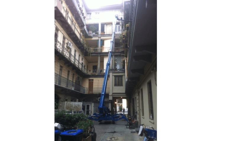 piattaforma semovente a ragno durante una manutenzione a un condominio