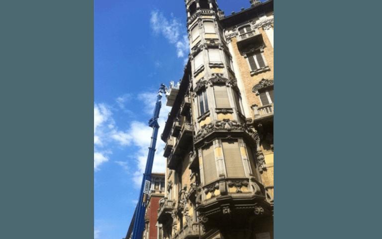 vista angolare di una ristrutturazione a un edificio antico