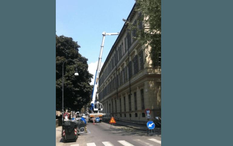 riparazione tetto di un edidicio con una piattaforma aerea