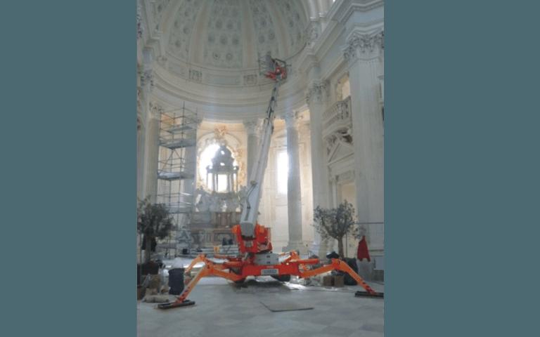 manuntenzione interno di una chiesa