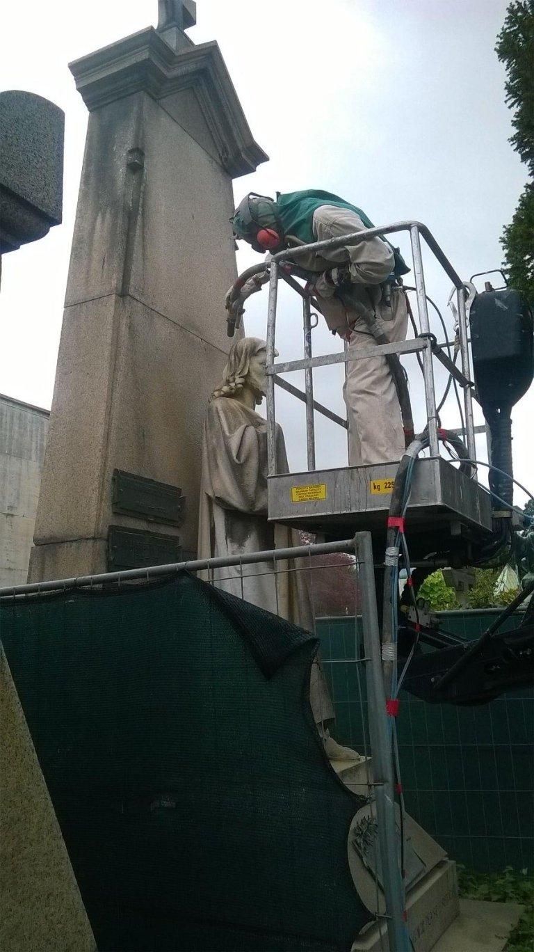 restauro statua gesu cristo