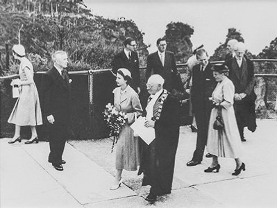 Clive R. Evatt accompanies Her Majesty at a Jamison Valley lookout