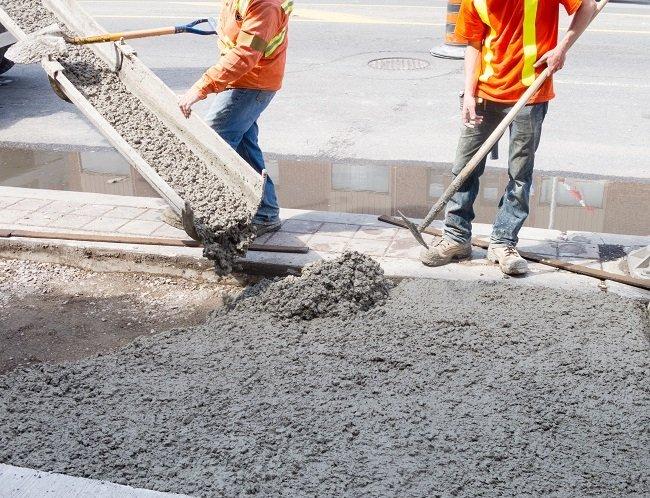 Operai al lavoro con il cemento