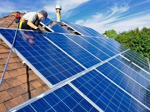 addetto sistema un pannello fotovoltaico su un tetto