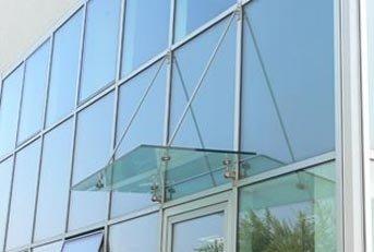 pensilina in vetro e alluminio