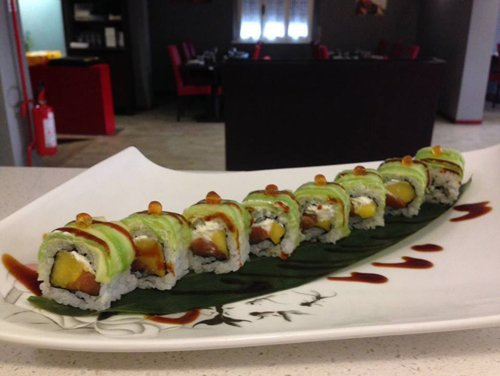 pezzi di sushi su piatto