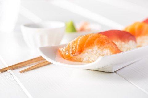 Sashimi e nigiri giapponesi di diversi tipi a Parma