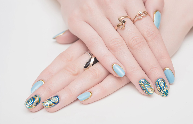 mani con unghie colorate