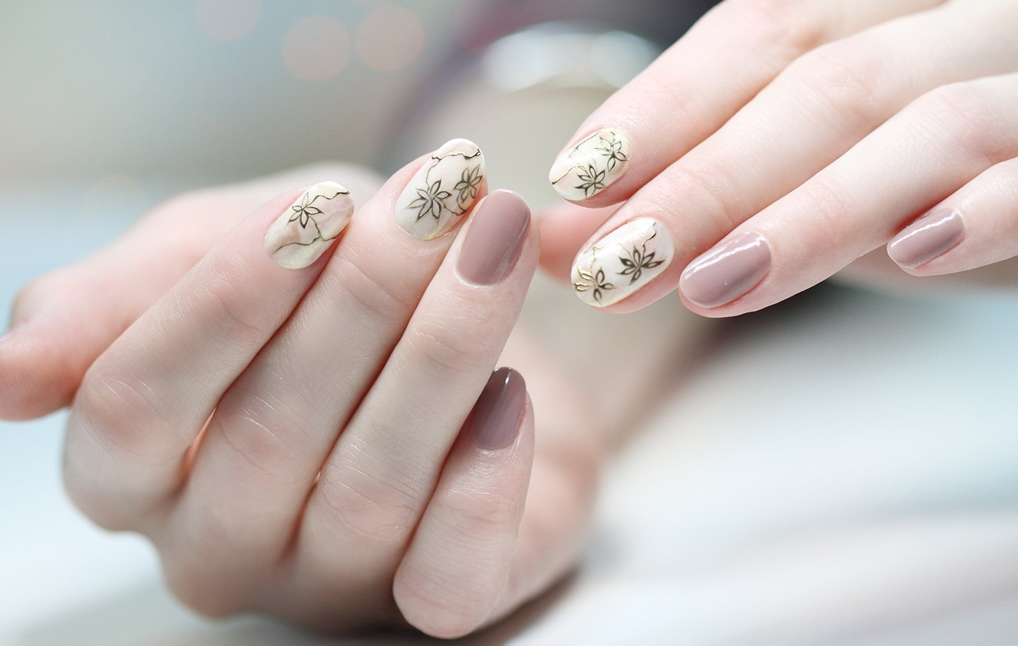 mani con unghie beige e decorate