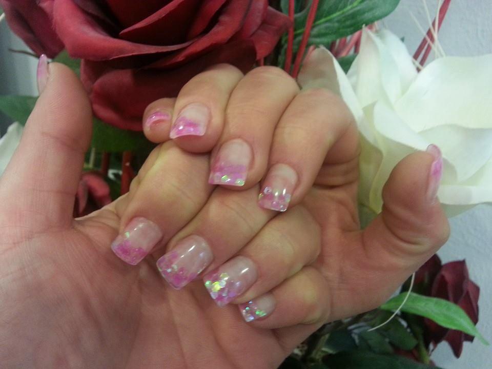 unghie con brillantini rosa