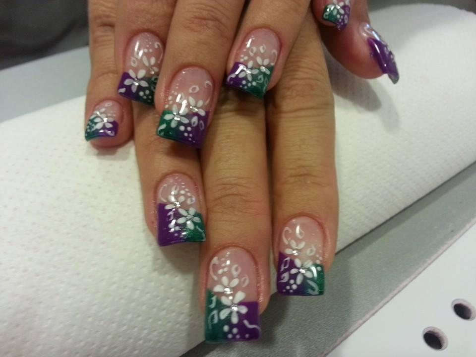 unghie colorate con fiori e brillantini