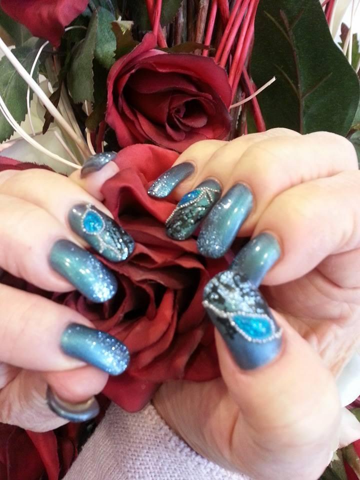 ricostruzione unghie azzurre