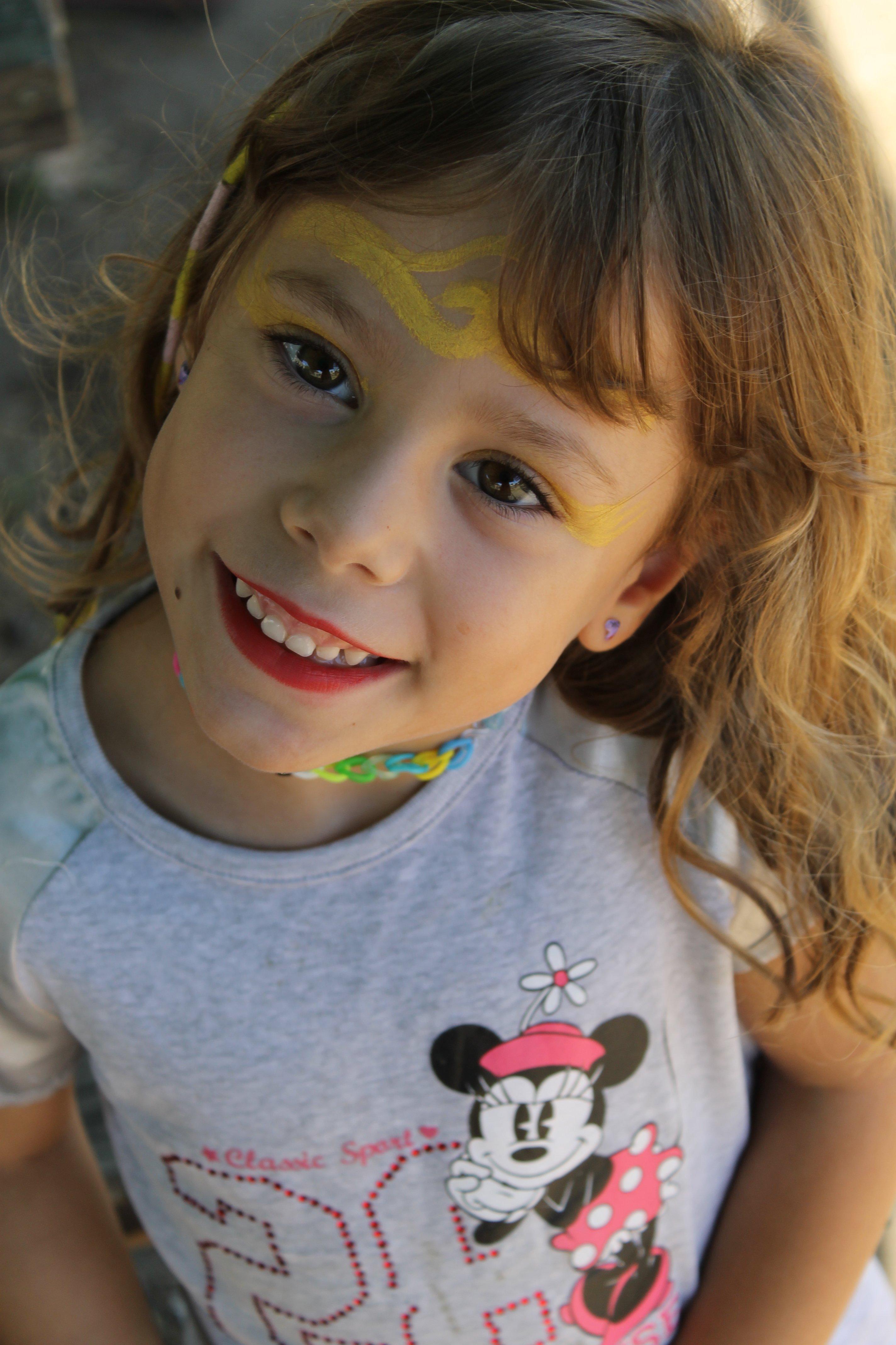 Bambina con viso dipinto