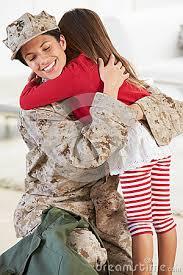 Mamma e bambina che si abbracciano