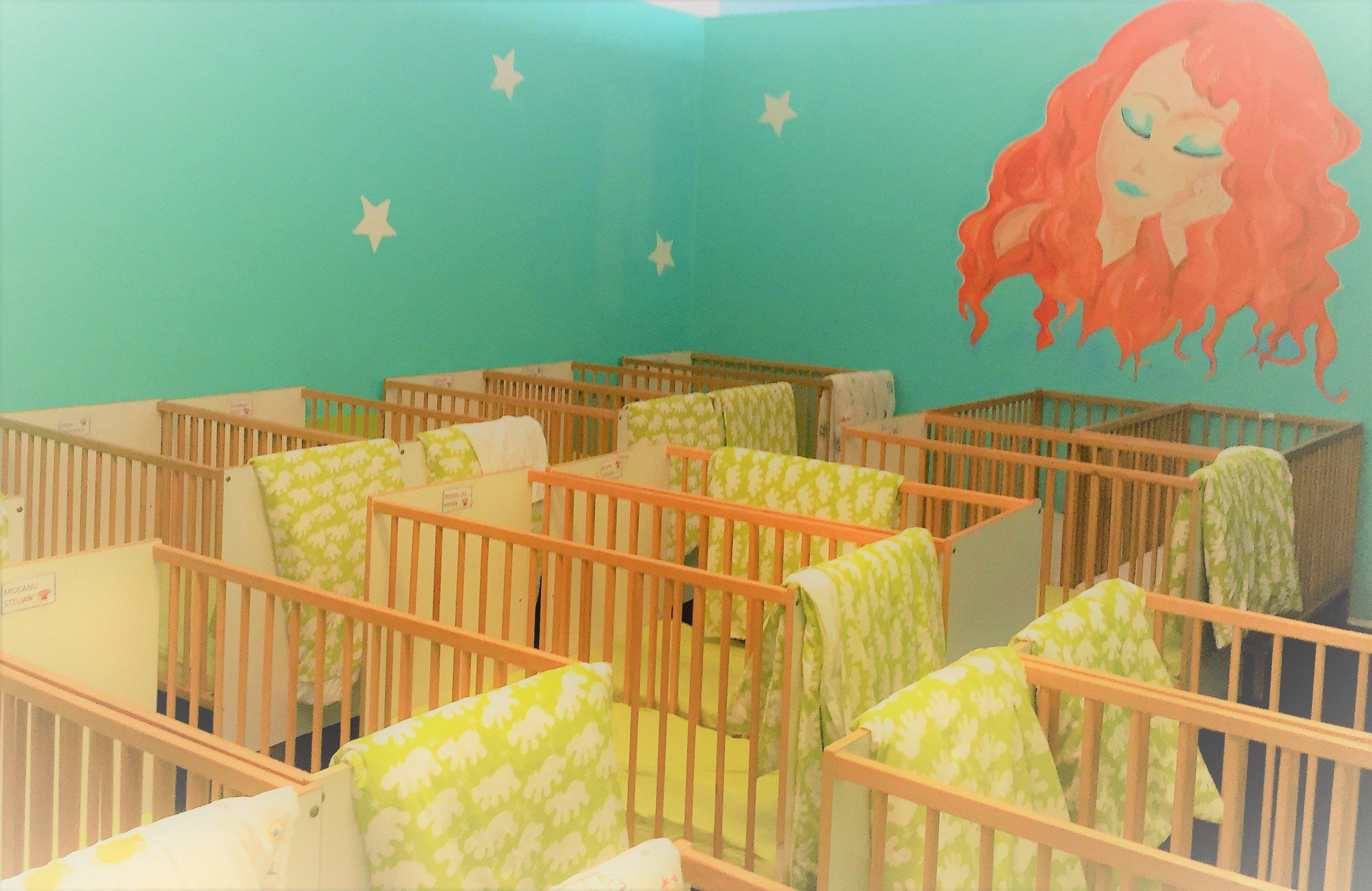 Serie di lettini per neonati all'asilo Mirò