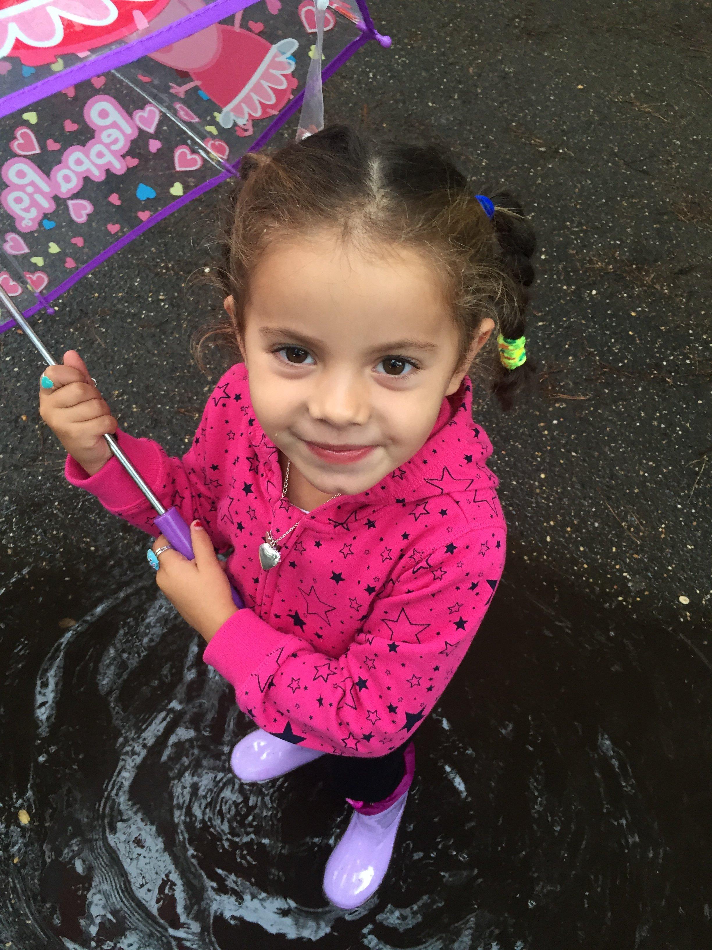 Bambina vestita di rosa con ombrello